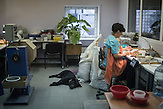 Arbeiter in einer Schmuckwerkstatt in Jantarny, Region Kaliningrad. /<br /><br />Staffers at the KTK jewelry workshop  in the town of Yantarny, Kaliningrad region, Russia, sizes pieces of amber according to color, texture and size. The factory employed 280 people in 2011, but now only has 85 due to the shortage of raw amber.