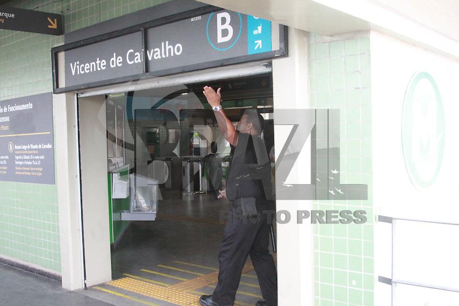 RIO DE JANEIRO, RJ, 24.01.2015 - CONFRONTO ENTRE TRAFICANTES MORRO DO JURAMENTO - Troca de tiro entre traficantes no morro do Juramento faz estacao do Metro fechar em Vicente de Carvalho na regiao norte do Rio de Janeiro, neste sábado, 24. (Foto: Celso Barbosa / Brazil Photo Press).