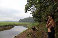 SAO PAULO, SP - 10.12.2014 - NIVEL GURAPIRANGA - EMBU GUACU - Pescador Adilson (43) observando a Represa do Guarapiranga na cidade de Embu-Guaçu na manhã desta quarta-feira (10), ele informa que a pesca está cada dia mais difícil depois de 3 anos, quando o grande volume de água que mantinha a economia pesqueira da região, se tornou em pequenos riachos e o cenário é hoje composto pela vegetação no lugar de água.<br /> <br /> (Foto: Fabricio Bomjardim / Brazil Photo Press)