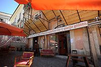 """Il pub studentesco """"Farfarello"""" ha riaperto nonostante gli imgombranti puntellamenti...Dopo il terremoto  del 2009 alcuni negozi e attività commerciali riaprono a L'Aquila..After the earthquake of 2009, some shops and businesses reopen in L'Aquila."""