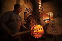 Europe/France/Midi-Pyrénées/32/Gers/Eauze: Le distillateur Jean Lenos Da Costa recharge en bois l'alambic  lors de la distillation au Domaine du Tariquet<br /> Auto N°: 2010-101