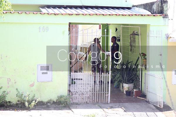 Campinas (SP), 29/01/2020 - Um homem foi que trabalhava como motorista de aplicativo foi encontrado morto, a facadas, no fundo de uma residência no bairro Jardim das Bandeiras, em Campinas. O caso ocorreu no começo da manhã desta quarta-feira (29). De acordo com a Polícia Civil, o Resgate do Corpo de Bombeiros foi chamado no local, na Rua Ferdinando Turquete. Chegando na casa, encontraram o homem morto, no fundo do imóvel, com golpes de faca, por volta das 7h20. Ninguém foi preso.