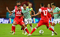 MEDELLÍN - COLOMBIA, 17-01-2021: Vladimir Hernandez del Atlético Nacional  disputa el balón con Daniel Giraldo del Independiente Santa Fe durante partido entre Atlético Nacional y El Independiente Santa Fe por la fecha 1 de la Liga BetPlay DIMAYOR 2021 jugado en el estadio Atanasio Girardot de la ciudad de Medellín. / Vladimir Hernandez of Atletico Nacional vies for the ball with Daniel Giraldo of Independiente Santa Fe during match between Atletico Nacional and Independiente Santa Fe for the date 1 as part of BetPlay DIMAYOR League 2021 played at Atanasio Girardot stadium in Medellin city.  Photo: VizzorImage / Luis Benavides / Contribuidor