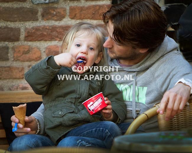 Zutphen, 240311<br /> Reportage reiskrant, ijsje eten op de Houtmarkt<br /> Foto: Sjef Prins - APA Foto