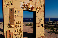 Lampedusa / Italia - 18 giugno 2001.La porta d'Europa, simobolica scultura di Mimmo Paladino dedicata ai migranti che sbarcano a Lampedusa in cerca di diritti umani e di fortuna..Foto Livio Senigalliesi