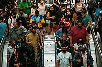 SÃO PAULO, SP, 15.03.2021:  Movimentação CPTM SP - No primeiro dia da fase vermelha emergencial criado pelo governo do Estado de São Paulo para conter o aumento de casos e internações causados  pela Covid-19. Passageiros se aglomeram nas plataformas na Estação da Luz da CPTM na região central da cidade de São Paulo na manhã desta segunda -feira