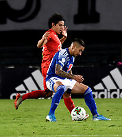 BOGOTA-COLOMBIA, 17-10-2020: Cristian Arango de Millonarios y Daniel Mantilla de Patriotas Boyaca F. C. disputan el balon, durante partido entre Millonarios y Patriotas Boyaca F. C. de la fecha 15 por la Liga BetPlay DIMAYOR 2020 jugado en el estadio Nemesio Camacho El Campin de la ciudad de Bogota. / Cristian Arango Millonarios and Daniel Mantilla of Patriotas Boyaca F. C. figth for the ball, during a match between Millonarios and Patriotas Boyaca F. C. of the 15th date for the BetPlay DIMAYOR League 2020 played at the Nemesio Camacho El Campin Stadium in Bogota city. / Photo: VizzorImage / Luis Ramirez / Staff.
