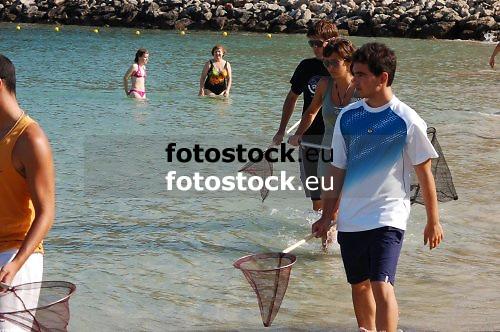 Young people looking for jellyfishes at the beach of El Toro, Calvia<br /> <br /> Jóvenes buscando medusas en la playa de El Toro, Calvià<br /> <br /> Junge Leute suchen nach Quallen am Strand von El Toro, Calvia<br /> <br /> 3008 x 2000 px<br /> 150 dpi: 50,94 x 33,87 cm<br /> 300 dpi: 25,47 x 16,93 cm