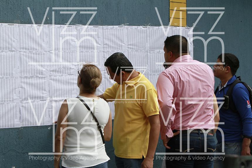 BUCARAMANGA -COLOMBIA. 02-10-2016: Ciudadanos colombianos acuden a las urnas para votar durante el Plebisto, escribiendo un nuevo capitulo en la historia del pais. Hoy los colombianos acuden a las urnas para decir SI o NO al acuerdo de Paz firmado entre el Gobierno y las Fuerzas Armadas Revolucionarias de Colombia Ejercito del Pueblo (FARC-EP) / Colombian citizens go to the polls to vote writing a new chapter in the history of the country. Today Colombians go to the polls to say YES or NO to the peace agreement signed between the government and the Revolutionary Armed Forces of Colombia People's Army (FARC-EP). Photo: VizzorImage / Duncan Bustamante /Cont