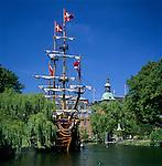 Denmark, Zealand, Copenhagen: Tivoli Gardens and the pirate ship restaurant, Pirateriet | Daenemark, Insel Seeland, Kopenhagen: Der Tivoli, ein weltbekannter Vergnuegungs- und Erholungspark, das Piratenschiff Restaurant - Pirateriet