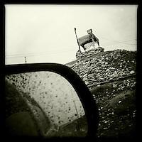 Grenzuebergang zwischen der Autonomen Region Irak und der Kurdischen Region Rojava in Syrien.<br /> 13.12.2014, Autonome Kurdische Region Irak<br /> Copyright: Christian-Ditsch.de<br /> [Inhaltsveraendernde Manipulation des Fotos nur nach ausdruecklicher Genehmigung des Fotografen. Vereinbarungen ueber Abtretung von Persoenlichkeitsrechten/Model Release der abgebildeten Person/Personen liegen nicht vor. NO MODEL RELEASE! Nur fuer Redaktionelle Zwecke. Don't publish without copyright Christian-Ditsch.de, Veroeffentlichung nur mit Fotografennennung, sowie gegen Honorar, MwSt. und Beleg. Konto: I N G - D i B a, IBAN DE58500105175400192269, BIC INGDDEFFXXX, Kontakt: post@christian-ditsch.de<br /> Bei der Bearbeitung der Dateiinformationen darf die Urheberkennzeichnung in den EXIF- und  IPTC-Daten nicht entfernt werden, diese sind in digitalen Medien nach §95c UrhG rechtlich geschuetzt. Der Urhebervermerk wird gemaess §13 UrhG verlangt.]