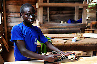 TANSANIA Bukoba, vocational school, carpenter workshop, of St. Theresa Sisters / TANSANIA Bukoba, Projekte der St. Theresa Sisters, Berufsschule bei Igombe, Tischler Ausbildung fuer Jugendliche, wo gearbeitet wird, fallen auch Spaene