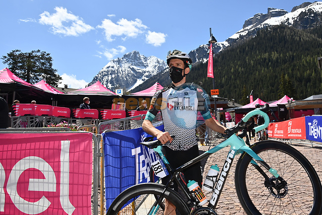 Simon Yates (GBR) Team BikeExchange at sign on before the start of Stage 17 of the 2021 Giro d'Italia, running 193km from Canazei to Sega Di Ala, Italy. 26th May 2021.  <br /> Picture: LaPresse/Gian Mattia D'Alberto | Cyclefile<br /> <br /> All photos usage must carry mandatory copyright credit (© Cyclefile | LaPresse/Gian Mattia D'Alberto)
