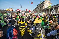 """Mehrere zehntausend Menschen demonstrierten am Samstag den 19. Januar 2019 in Berlin unter dem Motto """"Wir haben es statt!"""" fuer eine Wende in der Agrarpolitik. Sie forderten eine Abkehr von der Subventionierung der industriellen Landwirtschaft, hin zu einer Unterstuetzung der kleinen Betriebe. """"Schluss mit den Steuermilliarden an die Agrarindustrie!"""" und """"Subventionen nur noch fuer umwelt- und klimaschonende Landwirtschaft! Oeffentliche Gelder nur noch fuer artgerechte Tierhaltung!"""".<br /> An dem Demonstrationszug nahmen Bauern mit 141 Traktoren teil.<br /> Im Bild: Mitglieder der BUND-Jugend aus ganz Deutschland protestieren gegen den Einsatz von Pestiziden in der Landwirtschaft.<br /> 19.1.2019, Berlin<br /> Copyright: Christian-Ditsch.de<br /> [Inhaltsveraendernde Manipulation des Fotos nur nach ausdruecklicher Genehmigung des Fotografen. Vereinbarungen ueber Abtretung von Persoenlichkeitsrechten/Model Release der abgebildeten Person/Personen liegen nicht vor. NO MODEL RELEASE! Nur fuer Redaktionelle Zwecke. Don't publish without copyright Christian-Ditsch.de, Veroeffentlichung nur mit Fotografennennung, sowie gegen Honorar, MwSt. und Beleg. Konto: I N G - D i B a, IBAN DE58500105175400192269, BIC INGDDEFFXXX, Kontakt: post@christian-ditsch.de<br /> Bei der Bearbeitung der Dateiinformationen darf die Urheberkennzeichnung in den EXIF- und  IPTC-Daten nicht entfernt werden, diese sind in digitalen Medien nach §95c UrhG rechtlich geschuetzt. Der Urhebervermerk wird gemaess §13 UrhG verlangt.]"""