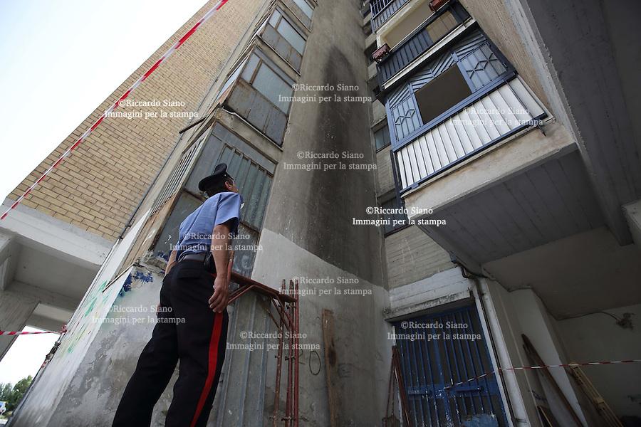 - NAPOLI, 24 GIU - Caivano, bambina di sei anni precipita dal balcone e muore l'incidente al Parco Verde. La caduta sarebbe accidentale