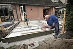 NIEUWEGEIN - Uitbreiden en verbouwen van twee bestaande woonhuizen door een senior bouwvakker. Door een btw-verlaging op het verbouwen van een woning probeert de overheid tijdelijk de gevolgen van de economische crisis in de bouw te beperken voor met name de zzp-ers en het mkb. De btw-vermindering van 19 naar 6 procent, geldt op arbeidsloon, niet op bouwmateriaal. COPYRIGHT TON BORSBOOM