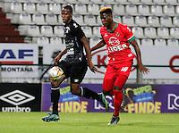 MANIZALES - COLOMBIA -22-05-2016: Oscar Estupiñan,  (Izq) jugador de Once Caldas, disputa el balón con Edis Ibargüen (Der.) jugador de Patriotas FC, durante partido Once Caldas y Patriotas FC, por la fecha 19 de la Liga de Aguila I 2016 en el estadio Palogrande en la ciudad de Manizales. / Oscar Estupiñan,  (L) player of Once Caldas, figths the ball with con Edis Ibargüen (R) player of Patriotas FC, during a match Once Caldas and Patriotas FC, for date 19 of the Liga de Aguila I 2016 at the Palogrande stadium in Manizales city. Photo: VizzorImage  / Santiago Osorio / Cont.