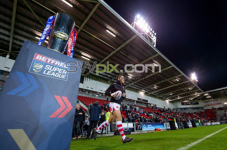 Picture by Allan McKenzie/SWpix.com - 04/10/2018 - Rugby League - Betfred Super League - The Super 8's - St Helens v Warrington Wolves - The Totally Wicked Stadium, Langtree Park, St Helens, England - St Helens' James Roby comes out for warm ups past the Betfred Super League trophy.