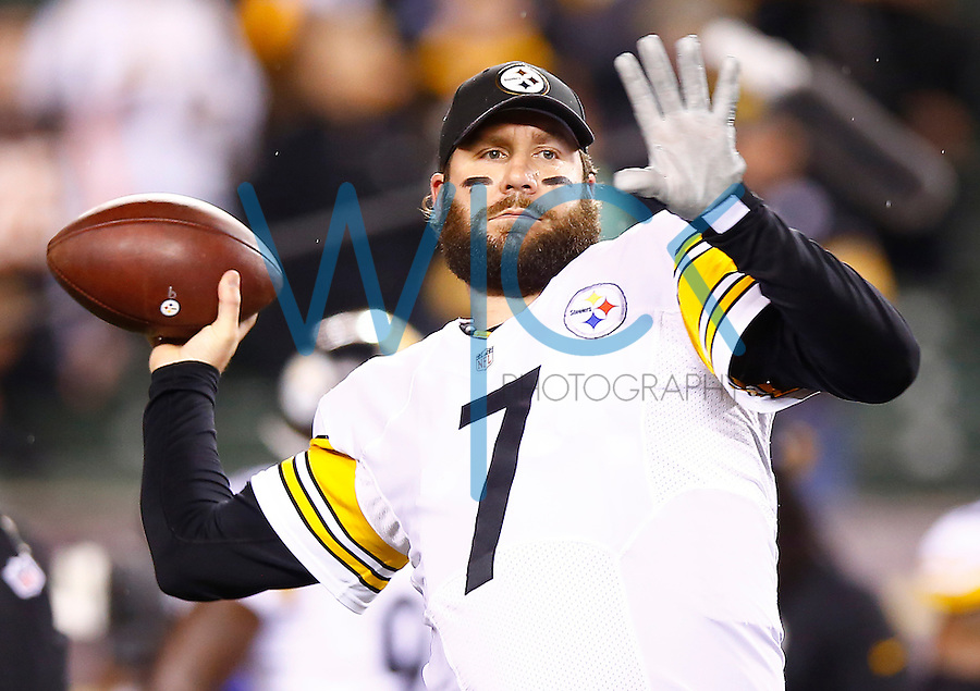 Ben Roethlisberger #7 of the Pittsburgh Steelers warms up prior to the Wild Card playoff game against the Cincinnati Bengals at Paul Brown Stadium on January 9, 2016 in Cincinnati, Ohio. (Photo by Jared Wickerham/DKPittsburghSports)