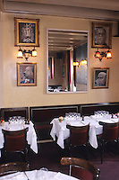 """Europe/France/Ile-de-France/78/Versailles: Restaurant Brasserie """"Le Chien qui fume"""" 72 rue de la Paroisse détail décoration de la salle , tableaux de chiens par le Peintre Georges Janier"""