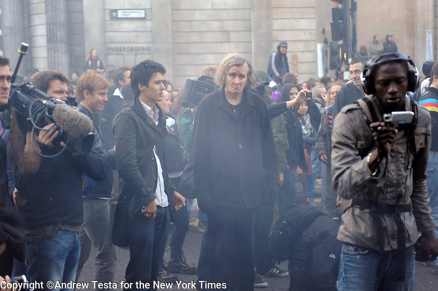 UK. London. 1st April 2009..demonstrators and media, prevented from leaving by the police, wait outside the bank of england. trouble eventually broke out when demonstrators, after several hours tried to break through police lines in an attempt to leave the demonstration..©Andrew Testa for the New York times