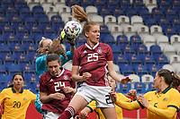 Torfrau Merle Frohms (Deutschland, Germany) und Sjoeke Nüsken (Deutschland, Germany) klaeren - 10.04.2021 Wiesbaden: Deutschland vs. Australien, BRITA Arena, Frauen, Freundschaftsspiel