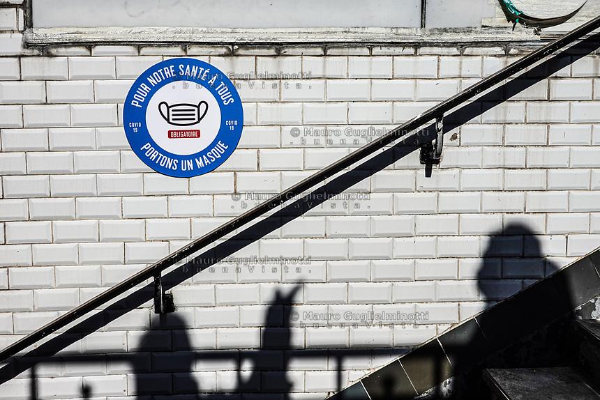 Cartello obbligo di mascherina nel metro parigino
