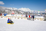 Austria, Tyrol, Reith near Kitzbuhel at Brixen Valley: winter fun for the whole family, at background Wilder Kaiser mountains | Oesterreich, Tirol, Reith bei Kitzbuehel im Brixental: Winterspass fuer die ganze Familie, im Hintergrund der Wilde Kaiser