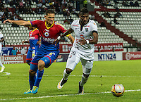 MANIZALES - COLOMBIA -15-02-2015: Johan Arango (Der.) jugador de Once Caldas, disputa el balón con Camilo Ceballos (Izq.) jugador de Deportivo Pasto durante  partido Once Caldas y Deportivo Pasto por la fecha 4 de la Liga de Aguila I 2015 en el estadio Palogrande en la ciudad de Manizales. / Johan Arango (R) of Once Caldas, figths the ball with Camilo Ceballos (L) jugador of Deportivo Pasto during a match Once Caldas Deportivo Pasto for date 4 of the Liga de Aguila I 2015 at the Palogrande stadium in Manizales city. Photo: VizzorImage  / Kevin Toro / Str.