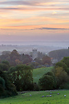 United Kingdom, England, Gloucestershire, Cotswolds, Chipping Campden: Cotswold countryside and St James Church at dawn | Grossbritannien, England, Gloucestershire, Cotswolds, Chipping Campden: Cotswolds Landschaft zur Morgendaemmerung mit St James Kirche