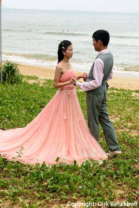 Brautpaar in Sanya auf der Insel Hainan, China<br /> bridal couple in Sanya,  Hainan island, China