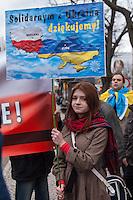 Solidaritaets-Kundgebung fuer die Ukraine vor der Russischen Botschaft in Berlin.<br />Etwa 100 Menschen versammelten sich am Montag den 17. Maerz 2014 vor der Russischen Botschaft in Berlin um gegen die Politik der Russischen Praesidenten Putin und die Entscheidung des Referendums auf der Krim fuer eine Angliederung an Russland zu demonstrieren.<br />Unter den Kundgebungsteilnehmern waren auch die Europaabgeordnete  von B90/Die Gruenen Rebecca Harms und die Bundestagsabgeordnete von B90/Die Gruenen Marie-Luise Beck. <br />Im Bild: Eine Demonstrantin mit einem Plakat auf dem die Solidaritaet zwischen Polen und der Ukraine beteuert wird.<br />17.3.2014, Berlin<br />Copyright: Christian-Ditsch.de<br />[Inhaltsveraendernde Manipulation des Fotos nur nach ausdruecklicher Genehmigung des Fotografen. Vereinbarungen ueber Abtretung von Persoenlichkeitsrechten/Model Release der abgebildeten Person/Personen liegen nicht vor. NO MODEL RELEASE! Don't publish without copyright Christian-Ditsch.de, Veroeffentlichung nur mit Fotografennennung, sowie gegen Honorar, MwSt. und Beleg. Konto:, I N G - D i B a, IBAN DE58500105175400192269, BIC INGDDEFFXXX, Kontakt: post@christian-ditsch.de]