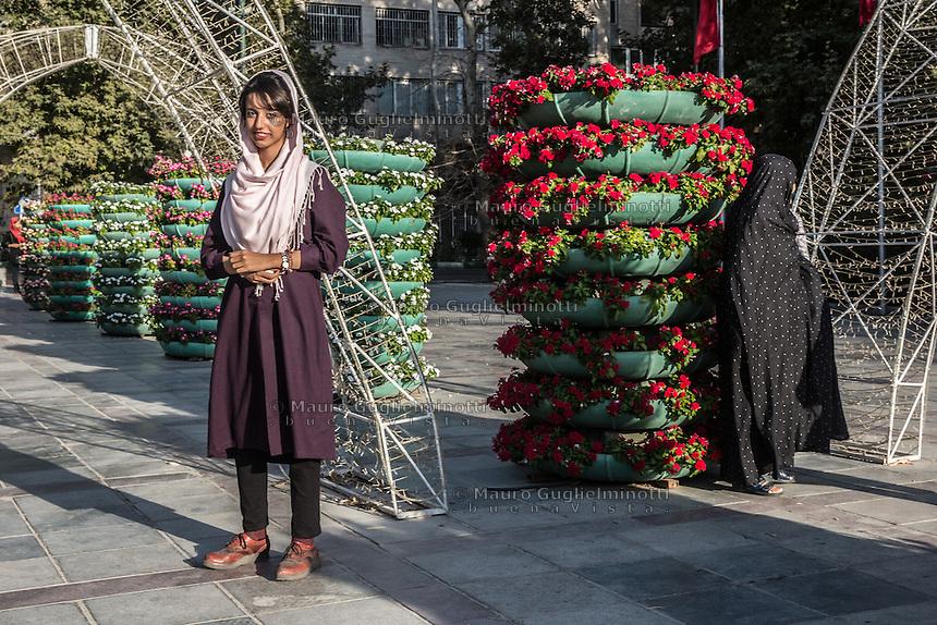 Giovane e anziana in abiti tradizionali Young and old women traditionally weared