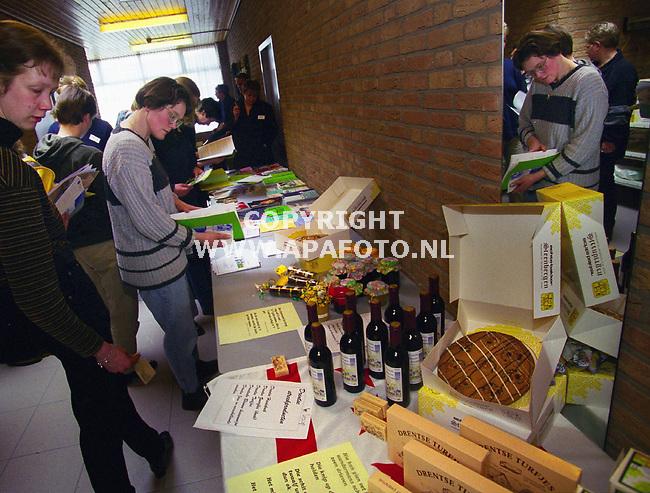 Lunteren , 010400  Foto : Koos Groenewold / APA foto<br />Er waren diverse streekprodukten uit Drenthe te zien.