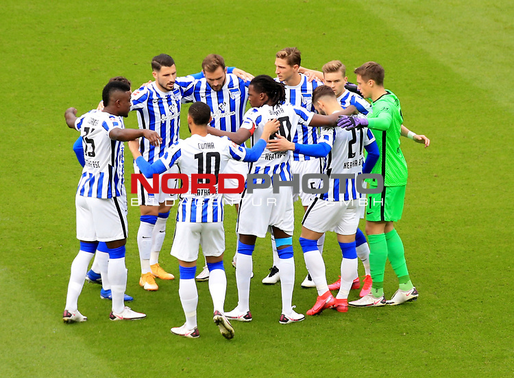 17.10.2020, OLympiastadion, Berlin, GER, DFL, 1.FBL, Hertha BSC VS. VfB Stuttgart, <br /> DFL  regulations prohibit any use of photographs as image sequences and/or quasi-video<br /> im Bild Hertha-Spielerkreis<br /> <br />     <br /> Foto © nordphoto /  Engler