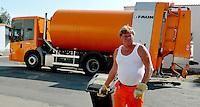 Reportage Journal - Unterwegs mit den Männern von der Abfallentsorgung - im Bild: Lader Ralf Zabel . Foto: Norman Rembarz..