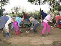 Grundschulklasse, Schulklasse legt einen Schulteich, Schul-Teich, Teich, Gartenteich, Garten-Teich im Schulgarten an, Kinder graben ein großes und tiefes Loch