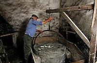 Europe/France/Corse/2A/Corse-du-Sud/Bocognano: Moulin à farine de châtaigne - Jean Bonelli, le meunier, rhabillant la meule [Non destiné à un usage publicitaire - Not intended for an advertising use]