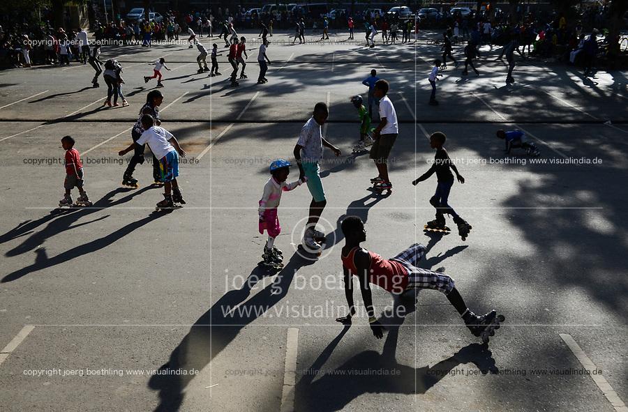 KENYA, Nairobi, young people skating with roller blades in city centre/ KENIA, Nairobi, Stadtzentrum, junge Menschen skaten mit Rollschuhen
