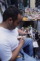 Europe/Italie/Côte Amalfitaine/Campagnie/Positano : Fabrication des sandales de Positano dans les ruelles