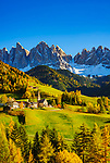 Italien, Suedtirol (Trentino - Alto Adige), Dolomiten, Villnoesstal: Bergdorf St. Magdalena vor der Geislergruppe im Naturpark Puez-Geisler | Italy, South Tyrol (Trentino - Alto Adige), Val di Funes: mountain village St. Magdalena and Le Odle mountains at natural park Puez-Odle