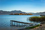 Deutschland, Chiemgau: Blick von Gstadt auf Chiemsee mit Fraueninsel, im Hintergrund die Chiemgauer Alpen | Germany, Bavaria, Chiemgau, view from Gstadt across lake Chiemsee with Frauen island, at background Chiemgau Alps