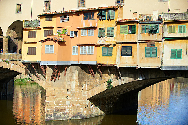 """The medieval The Ponte Vecchio (""""Old Bridge"""") crossing the River Arno in the hiostoric centre of Florence, Italy, UNESCO World Heritage Site."""