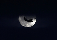 BOGOTÁ - COLOMBIA, 12-10-2019:La Luna y avión comercial./<br /> : The Moon and commercial airplane. Photo: VizzorImage / Felipe Caicedo / Satff
