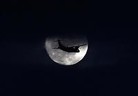 BOGOTÁ - COLOMBIA, 12-10-2019:La Luna y avión comercial./<br /> : The Moon and commercial airplane. Photo: VizzorImage / Felipe Caicedo / Satff