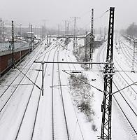 Wintereinbruch in Leipzig - erste geschlossene Schneedecke des Winters 2010 - Neuschnee - im Bild: Zugverkehr Verspätung Gleise verschneit Fahrplan auf Eis Weichen Deutsche Bahn DB .Foto: Norman Rembarz .