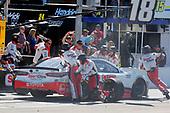 #18: Kyle Busch, Joe Gibbs Racing, Toyota Camry Sport Clips pit stop