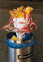 Nederland  Amsterdam  2020.    Patatzaak op het Damrak. Prullenbak.   Foto : ANP/ HH / Berlinda van Dam