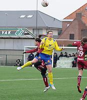Dames Zulte - Waregem - STVV Sint Truidense VV : Elke Meers in een kopduel met Charlien Ver Eecke.foto DIRK VUYLSTEKE / Vrouwenteam.be
