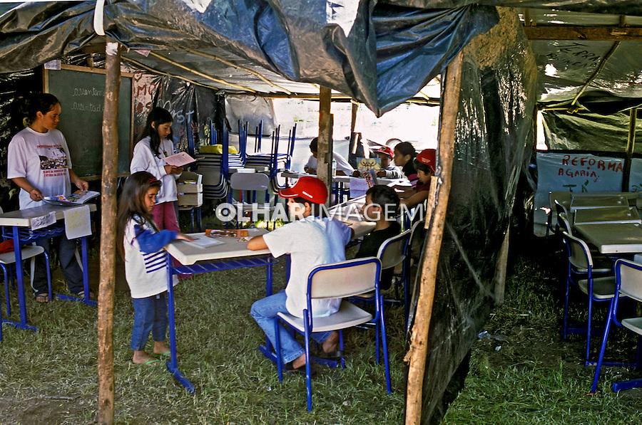 Acampamento dos Sem Terra em Porto Alegre., Rio Grande do Sul. 2001. Foto de Ricardo Azoury.